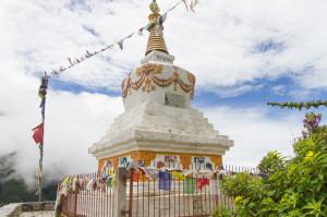 (エドモンド・ヒラリーとともにエベレスト初登頂を成し遂げたテンジン・ノルゲイを記念するストゥーパ。二人はネパールの近代史と発展に貴重な役割を果たした。)